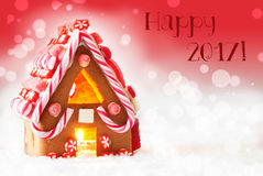La casa de pan de jengibre, fondo rojo, manda un SMS a 2017 feliz Imagen de archivo