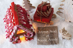 La casa de pan de jengibre, trineo, nieve, Bonne Annee significa Feliz Año Nuevo Imagen de archivo