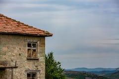 La casa de piedra abandonada vieja dio vuelta en granero fotos de archivo libres de regalías