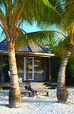La casa de planta baja tropical está en la playa Fotografía de archivo