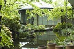 La casa de té de Tokio con el jardín y el koi acumulan Fotos de archivo libres de regalías