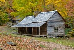 La casa del ceppo di Bud Ogle circondata con la caduta ha colorato le foglie immagini stock libere da diritti
