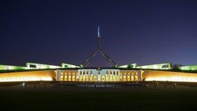 La casa del parlamento de Australia en la noche Fotos de archivo
