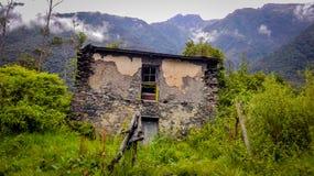 La casa del ` s de la bruja en la montaña fotografía de archivo libre de regalías