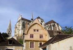 La casa del secolo Auxerre di d'eau 16 del coche Immagini Stock