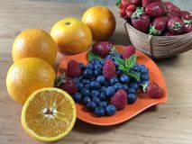 La casa deliziosa ha prodotto la prima colazione sana con i frutti ed i cereali fotografia stock libera da diritti