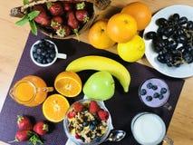 La casa deliziosa ha prodotto la prima colazione sana con i frutti ed i cereali fotografie stock libere da diritti