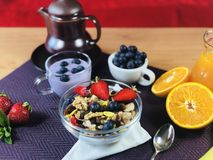 La casa deliziosa ha prodotto la prima colazione sana con i frutti ed i cereali immagini stock