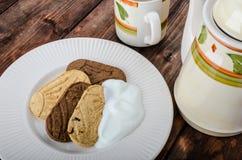 La casa della prima colazione ha prodotto i cracker ed il tè del grano fotografia stock libera da diritti