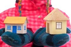 La casa detiene a la mujer en guantes del invierno Fotos de archivo libres de regalías