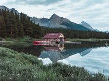 La casa di barca sul lago Maligne di Jasper National Park fotografia stock