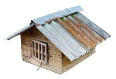 La casa di cane dell'inverno ha un tetto fatto dell'ardesia ondulata e di una grata Immagini Stock