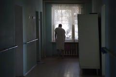 La casa di cura Uomo anziano che guarda fuori la finestra Fotografia Stock