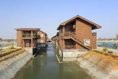 La casa di legno dal lago di xiaodeng ricorre immagine stock