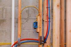 La casa di legno di legno non finita della costruzione di struttura fotografia stock