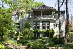 La casa di legno piacevole ha visto dal cortile posteriore Fotografie Stock Libere da Diritti