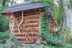 La casa di legno tradizionale ha fatto i libri macchina del ââof. Immagini Stock