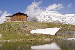 La casa di Pfitscherjoch con il lago idilliaco della montagna Fotografia Stock Libera da Diritti