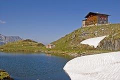 La casa di Pfitscherjoch con il lago idilliaco della montagna Immagine Stock Libera da Diritti