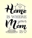 La casa disegnata a mano è dove la vostra mamma è manifesto dell'iscrizione di tipografia su fondo strutturato carta Testo e deco Fotografie Stock Libere da Diritti