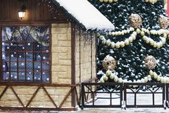 La casa e l'albero di Natale all'aperto Fotografia Stock