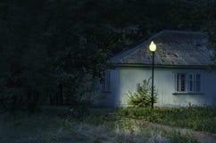 La casa en la noche Imágenes de archivo libres de regalías