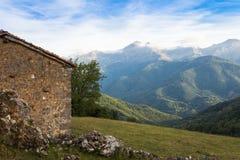 La casa en montañas Fotografía de archivo