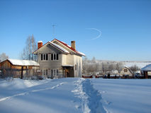 La casa entre las nieves acumulada por la ventisca Imágenes de archivo libres de regalías