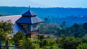 La casa está situada en montaña Imagen de archivo libre de regalías