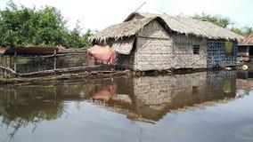 La casa flotante en Tonle socava el lago, Camboya Imagenes de archivo