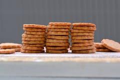La casa ha cotto i biscotti selfmade dell'ossequio del cane impilati in una fila fotografie stock