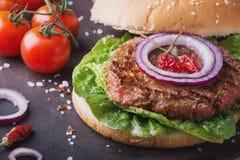 La casa ha fatto la cottura dell'hamburger Fotografie Stock Libere da Diritti