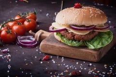 La casa ha fatto la cottura dell'hamburger Immagine Stock