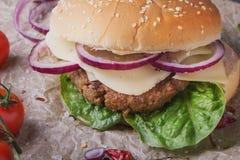 La casa ha fatto la cottura dell'hamburger Fotografia Stock