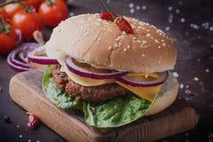 La casa ha fatto la cottura dell'hamburger Fotografie Stock
