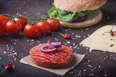 La casa ha fatto la cottura dell'hamburger Immagine Stock Libera da Diritti