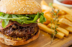 La casa ha prodotto gli hamburger su fondo di legno Fotografia Stock Libera da Diritti