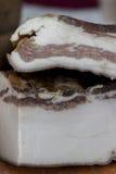La casa ha prodotto il bacon affumicato sulla tavola Immagini Stock
