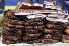 La casa ha prodotto il bacon affumicato sulla tavola Immagine Stock