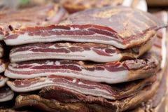 La casa ha prodotto il bacon affumicato sulla tavola Fotografia Stock Libera da Diritti
