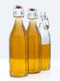 La casa ha prodotto il vino bianco in bottiglie fotografie stock