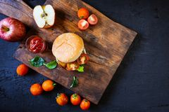La casa ha prodotto l'hamburger con lattuga su fondo di legno fotografia stock