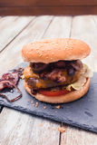 La casa ha prodotto l'hamburger del formaggio del bacon Immagini Stock