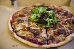 La casa ha prodotto la pizza Fotografie Stock