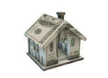 La casa hecha con los billetes de banco del dólar en blanco Imágenes de archivo libres de regalías