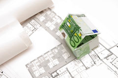 La casa hecha de 100 billetes de banco euro Fotografía de archivo libre de regalías