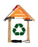 La casa hecha de herramientas con recicla símbolo Fotos de archivo libres de regalías
