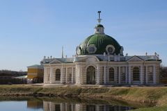 La casa italiana en el estilo neocl?sico en el se?or?o de Kuskovo imagenes de archivo