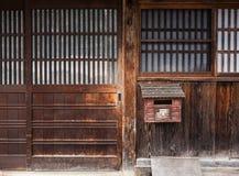 La casa japonesa de la puerta de madera detalla arquitectura Fotografía de archivo