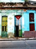 La casa lamentable vieja en La Habana central pintó con la bandera cubana a Foto de archivo